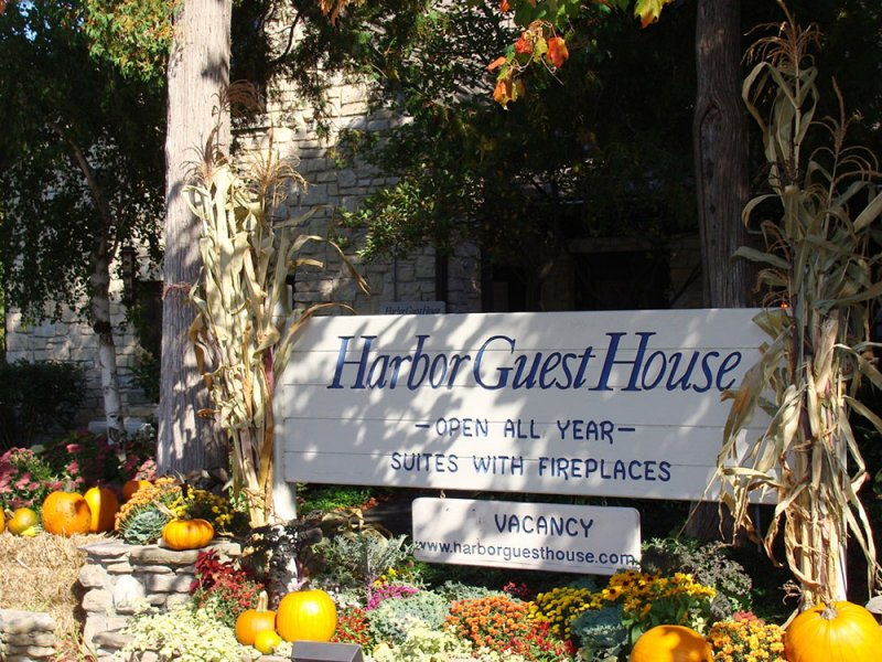 Harbor Guest House Sign